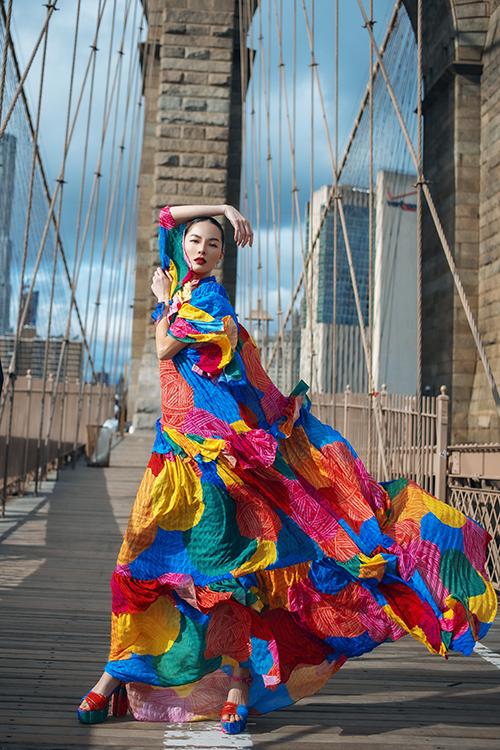 Thần thái cuốn hút, cách tạo dáng chuyên nghiệp của siêu mẫu Bảo Hoà góp phần mang tới điểm nhấn cho bô ảnh thực hiện tại Mỹ.