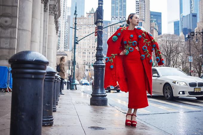 Hai nhà thiết kế chia sẻ kỷ niệm thực hiện bộ hình tại New York năm ngoái trước khi dịch Covid-19 ập đến và làm mọi hoạt động tại Mỹ bị đình trệ. Vũ Ngọc và Son hy vọng bệnh dịch sẽ sớm được đẩy lùi để các fashion show trở lại nhộn nhịp như xưa và giúp nền công nghiệp thời trang thế giới cũng như Việt Nam nhanh chóng hồi phục.
