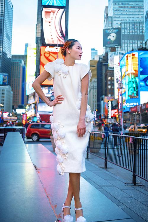 Ngoài các gam màu rực rỡ, sắc trắng được đưa vào bộ sưu tập với suits cá tính, váy suông đính hoa 3D cầu kỳ .