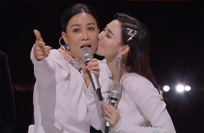 Trương Bá Chi dành cho Na Anh một nụ hôn vào má, biểu thị sự cảm ơn và quý mến. Ban đầu, khán giả nghĩ họ ghét nhau, do Na Anh là bạn thân Vương Phi - bạn gái hiện tại của Tạ Đình Phong - chồng cũ Trương Bá Chi.