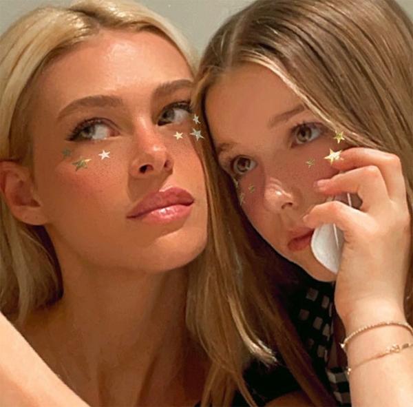 Nicola Peltz nhiều lần đăng ảnh chụp chung với cô nhóc Harper và bày tỏ sự nhớ nhung khi không ở cùng. Trong bức ảnh chụp đầu tháng 2, nữ diễn viên 26 tuổi và con gái út nhà Becks trông như hai chị em gái với mài tóc, gương mặt na ná nhau. Harper trông cũng lớn phổng phao, nét mặt như thiếu nữ trưởng thành trong ảnh.