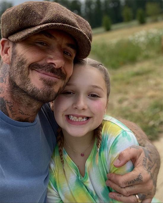 Harper đúng là con gái yêu của bố Becks. Dù con gái sắp tròn 10 tuổi, ông bố điển trai vẫn thể hiện tình cảm với cô nhóc bằng những nụ hôn hay những cái ôm như ngày Harper còn bé.