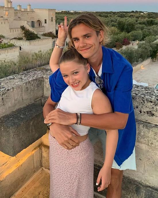 ... ôm em gái chụp ảnh tình cảm trong kỳ nghỉ ở Italy mùa hè năm ngoái.