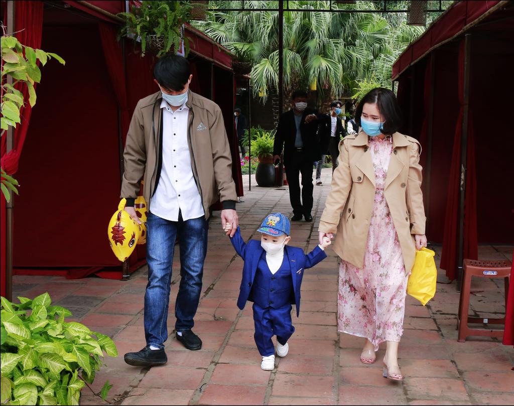 Cả gia đình đi chơi Văn Miếu ngày Tết.