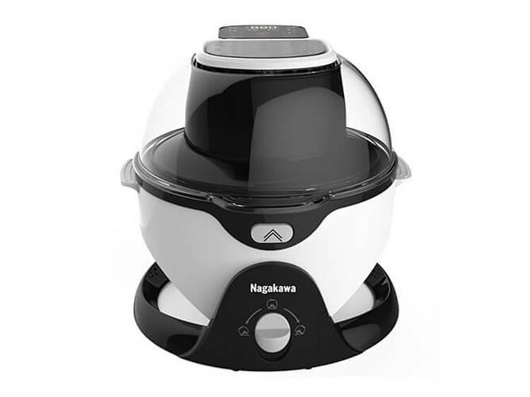 Nồi chiên không dầu Nagakawa NAG3301dung tích 6 lít giúp làm chín, giòn nhiều loại thực phẩm như khoai tây, cánh gà, thịt nướng, có thể làm bỏng ngô và hâm nóng lại đồ ăn. Hệ thống gia nhiệt đối lưu cùng khoang nồi chống dính nghiêng 45° kết hợp trục xoay 360° giúp thực phẩm chín đều. Nồi tích hợp 6 chương trình, 19 chế độ nấu từ 50 đến 240 độ C, hẹn giờ nấu tắt từ 0-59 phút. Nắp lò trong suốt giúp quan sát thực phẩm dễ dàng. Nồi có chế độ bảo vệ chống quá nhiệt, ngừng gia nhiệt khi mở nắp nồi. Bảng điều khiển dạng phím bấm. Sản phẩm đang được bán với giá ưu đãi 2,59 triệu đồng, tặng thêm một ấm siêu tốc bằng inox 1,8 lít.