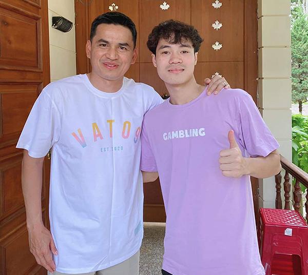 Sau khi nhờ cậy các đồng đội và bạn bè thân thiết, Văn Toàn không bỏ qua cơ hội nhờ HLV Kiatisuk quảng cáo để bán áo. Ảnh: VT.