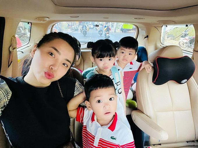 Hải Băng tranh thủ selfie khi đưa ba con đi học.