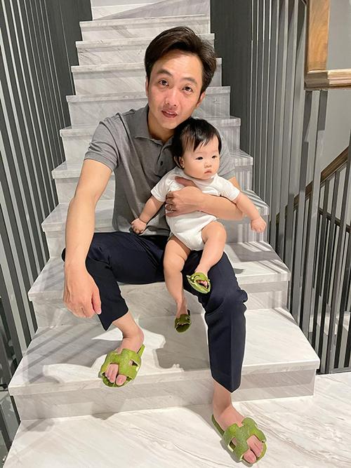 Hai bố con cùng tạo dáng với dép pha ke độc lạ từ mẹ Thu Trang.