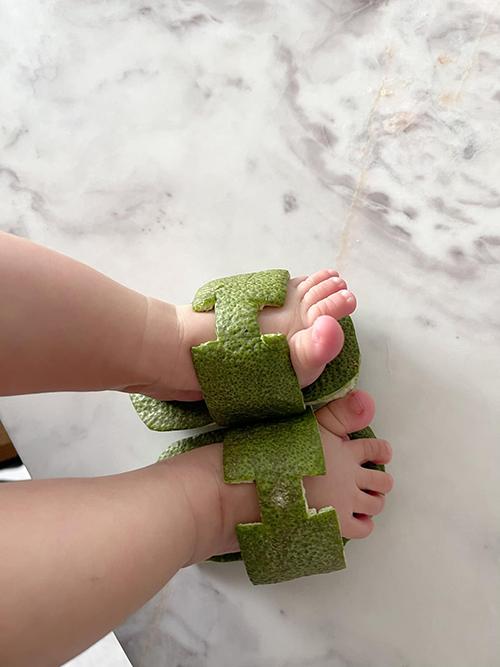 Cận cảnh đôi dép vỏ bưởi do Đàm Thu Trang làm cho con gái.