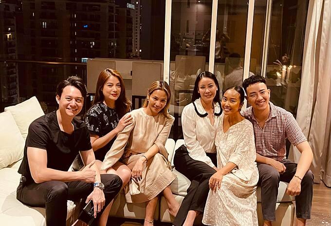 Hoa hậu Hà Kiều Anh cùng diễn viên Trương Ngọc Ánh và bạn trai tin đồn Anh Dũng... được ca sĩ Đoan Trang thiết đãi nhiều món ngon.