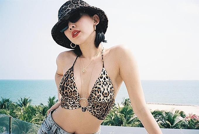 Tóc Tiên khoe vẻ đẹp gợi cảm trong chuyến du lịch nghỉ dưỡng.