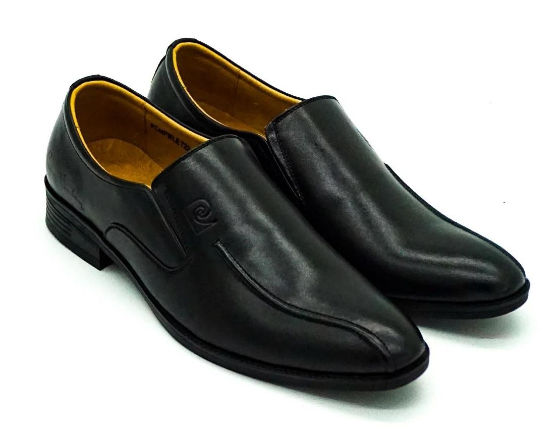 Giày da nam Pierre Cardin PCMFWLE722BLK màu đen, mặt trong lẫn mặt ngoài đều làm từ chất liệu da bò thật. Đế giày làm từ cao su nhiệt dẻo TPR có các rãnh chống trượt. Giày dạng lười, dễ tháo, cởi, giúp phái mạnh tiết kiệm thời gian. Màu sắc, kiểu dáng trang nhã, dễ phối cùng nhiều kiểu trang phục.