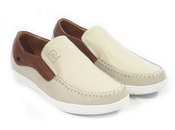 Giày lười nam Pierre Cardin PCMFWLD098CRM màu kem sẽ là lựa chọn lý tưởng cho những chàng thích sự phá cách, đổi mới và khác biệt so với những kiểu giày đơn giản, tối màu thường thấy. Vẫn là chất liệu da bò thật quen thuộc, đường chỉ may màu trắng đều, tỉ mỉ. Logo dập nổi trên lưỡi giày tạo điểm nhấn sang trọng.