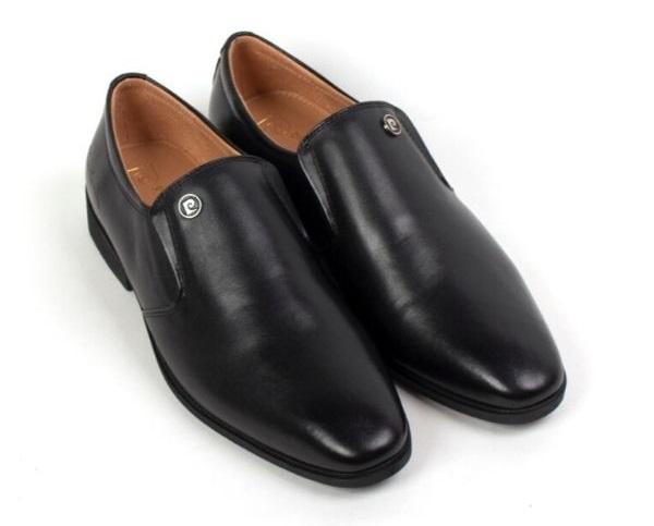 Giày da Pierre Cardin Penny Loafer PCMFWLC089BLK sản xuất từ da bò với kiểu thiết kế không dây dễ mang, tiết kiệm thời gian. Đế giày làm từ cao su tránh trơn trượt, thiết kế ôm chân, tạo sự thoải mái cho người mang. Giày da phù hợp diện chốn công sở hay gặp mặt đối tác, cà phê cùng bạn bè...