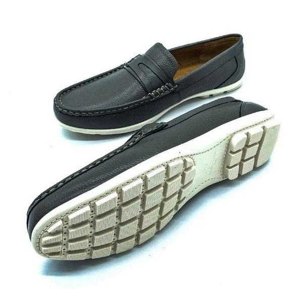 Giày lười nam Pierre Cardin PCMFWLE710GRY màu xám với chi tiết khóa gài làm điểm nhấn. Đường chỉ trắng chạy viền theo mũi giày đều, gia công tỉ mỉ. Chất liệu sản xuất từ da bò, nhập khẩu trực tiếp từ Italy. Đế giày màu trắng làm từ cao su tạo sự tương phản với màu xám, tạo điểm nhấn cho bộ trang phục.