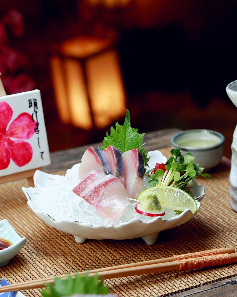 Hamachi: được người dân xứ Phù Tang ưu ái gọi là thịt bò Kobe của biển cả bởi hương vị thơm ngon, béo ngậy được tạo nên bởi những vân mỡ li ti xen lẫn trong thớ thịt trắng ánh hồng.