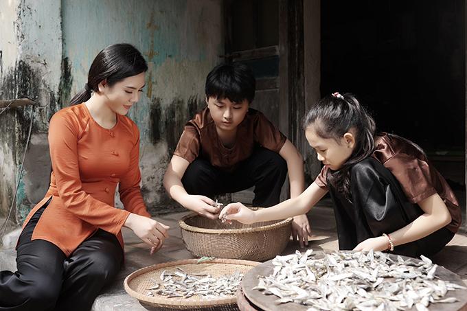 Lương Nguyệt Anh cùng con trai nuôi Minh Trí và diễn viên nhí Hà Linh trong MV.
