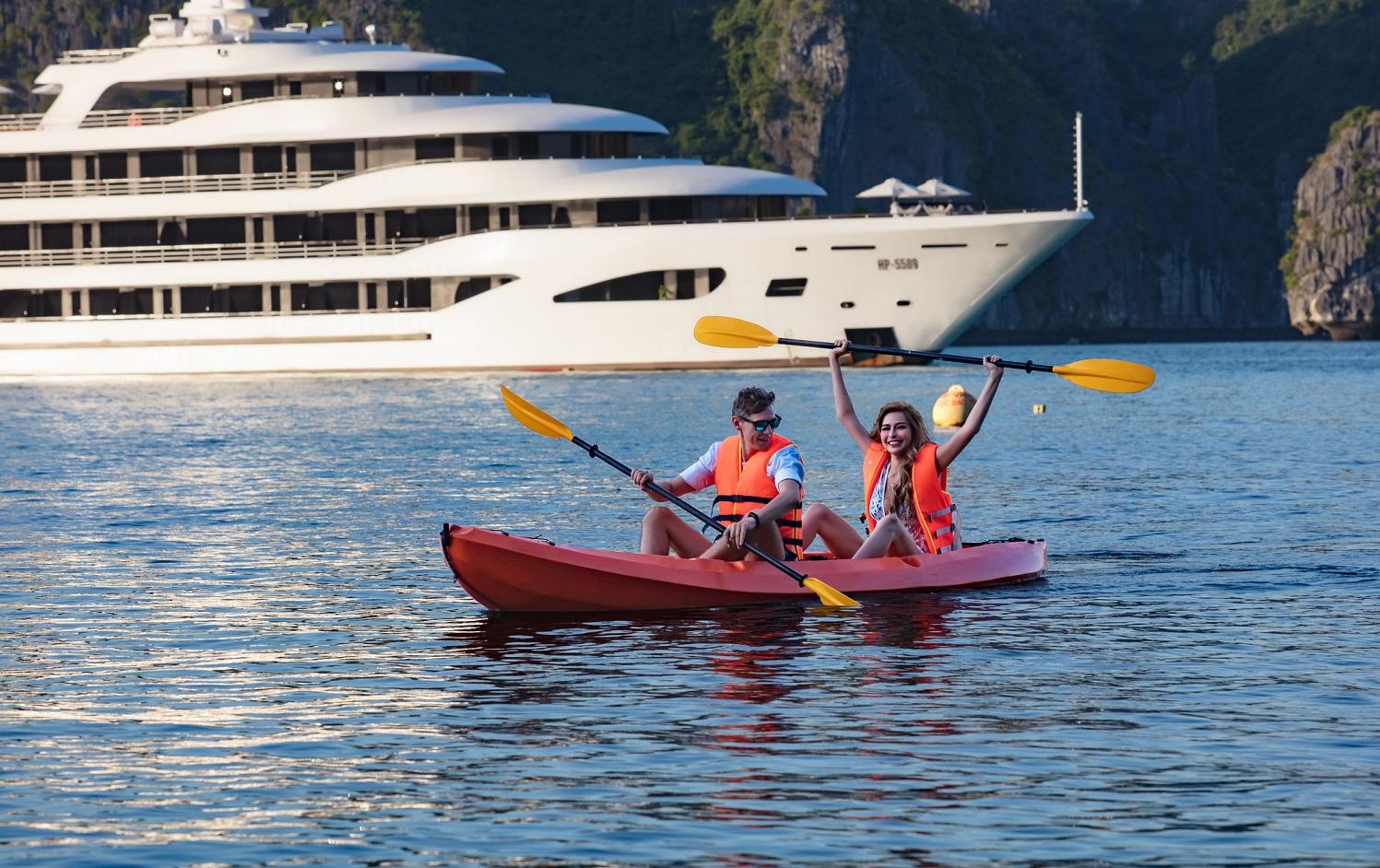 Du khách trải nghiệm tại du thuyền Hạ Long Scarlet Pearl. Ảnh: Scarlet Pearl Cruises.