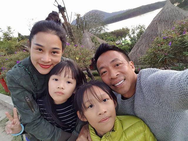 Vợ chồng Việt Hoàn - Hoa Trần bên hai con gái lớn.
