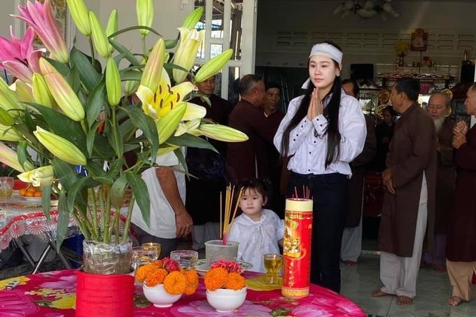 Linh Lan cúng 49 ngày cho Vân Quang Long hôm 14/2.