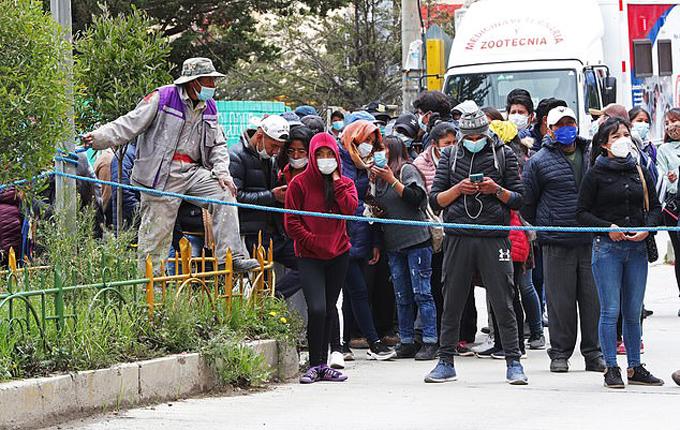 Sinh viên và người thân chờ nghe tin tức bên ngoài khu vực gặp tai nạn ở trường El Alto, Bolivia hôm 2/3. Ảnh: EPA.