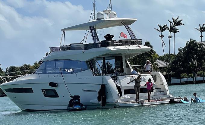 Gia đình Ivanka đi nghỉ trên du thuyền cùng bố chồng hôm 28/2 ở Miami. Ảnh: Splashnews.