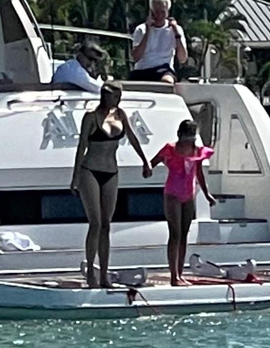 Ivanka nắm tay con gái nhảy xuống biển tắm mát ở Miami hôm 28/2. Ảnh: Splashnews.