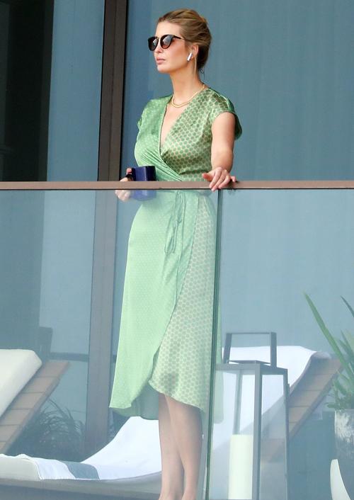 Ivanka thường đứng ngắm hoàng hôn thư giãn trên ban công căn hộ sang trọng thuê ở Sunshine State. Ảnh: Mega.