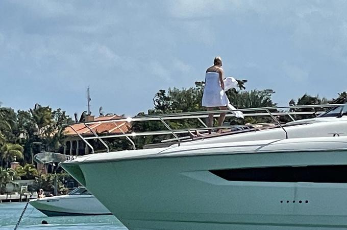 Con gái cưng của Tổng thống Mỹ nghỉ dưỡng cùng chồng trên du thuyền ở Miami hôm 28/2. Ảnh: Splashnews.