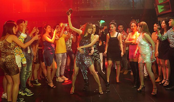 Trong video hậu trường phim, bé Heo lộ cảnh ẩu đả trong quán bar. Vai Quỳnh Lam trong Bẫy ngọt ngào của Minh Hằng có cá tính mạnh, thích nổi loạn, khác hẳn hình tượng của cô ở các phim trước.