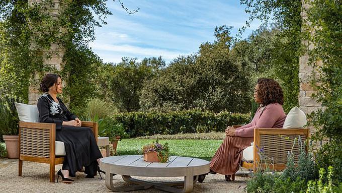 Meghan ngồi ở khuôn viên biệt thự riêng tại Montecito trong buổi phỏng vấn với Oprah Winfrey. Ảnh: CBS.