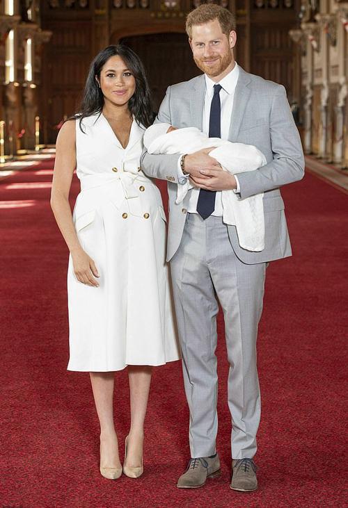 Vợ chồng Harry - Meghan ra mắt con trai Archie với báo giới hồi tháng 5/2019 ở lâu đài Windsor. Ảnh: AP.