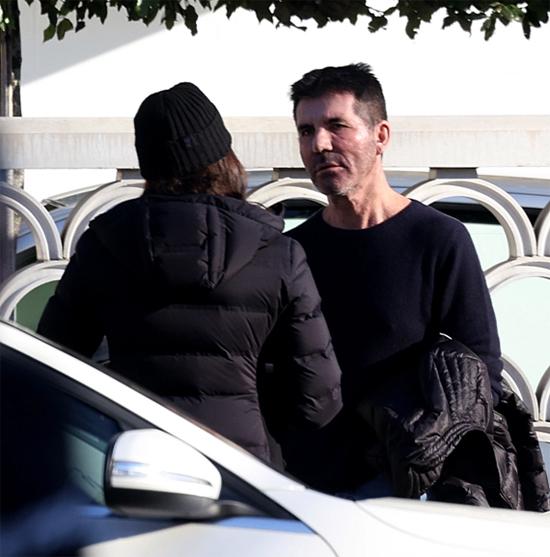 Simon Cowell xuất hiện với gương mặt bực dọc. Nhà sáng lập chương trình truyền hình X Factor và Got Talent tới Anh khi ông đã bình phục hoàn toàn sau tai nạn ngã xe đạp điện gẫy lưng tại Malibu, California.