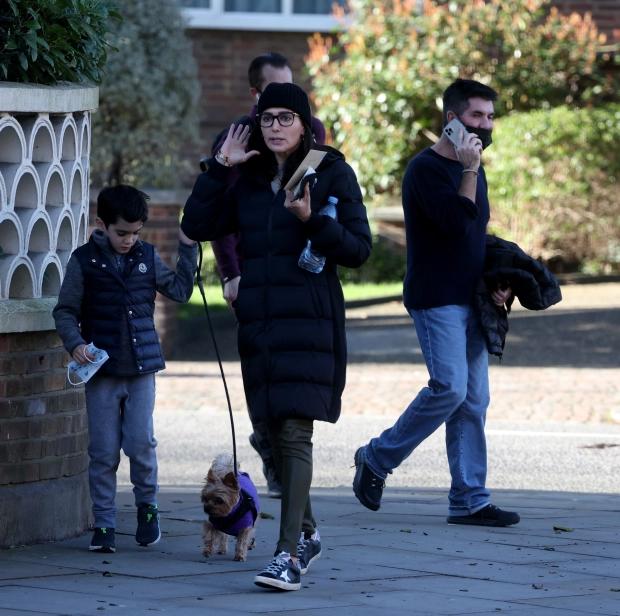 Người đẹp 43 tuổi xua tay như thể đã nói đủ và cùng con trai 7 tuổi đi về hướng khác, bỏ mặc Simon.