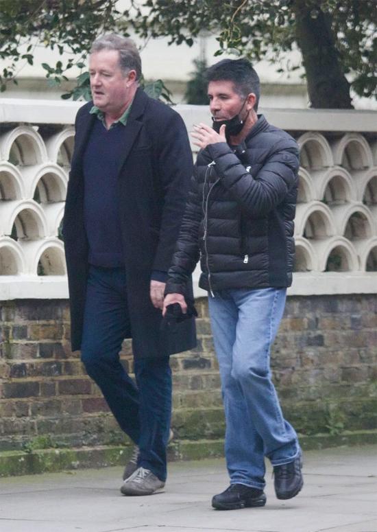 Lát sau, Simon được trông thấy gặp gỡ người bạn thân - MC truyền hình Piers Morgan. Bộ đôi tản bộ trò chuyện trong công viên Holland ở London.