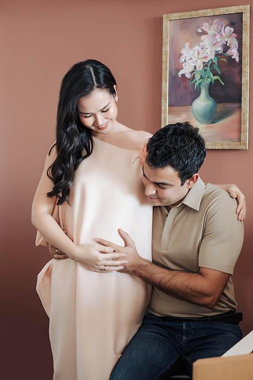 Võ Hạ Trâm báo tin vui hôm 1/3, khi cô vừa bước sang tháng thứ 5 của thai kỳ. Vợ chồng cô giữ kín chuyện có thai để tập trung chăm sóc sức khỏe cho cả mẹ và em bé.