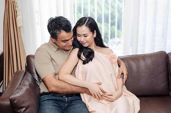 Nữ ca sĩ thấy biết ơn vì con đầu lòng đã đến với cô sau hai năm kết hôn. Cảm ơn Trời, Phật đã mang con đến trong lúc ba mẹ viên mãn nhất với hạnh phúc nhỏ của mình, cô nhắn nhủ.