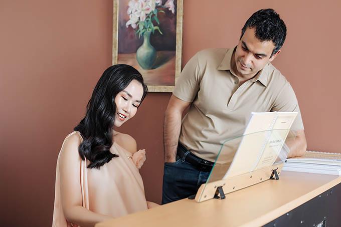 Mẹ chồng Ấn Độ của Võ Hạ Trâm luôn nhắc nhở con trai dành nhiều sự quan tâm, chiều chuộng cho vợ. Nhờ vậy, nữ ca sĩ có tinh thần thoải mái, vui tươi và mang bầu khỏe mạnh.