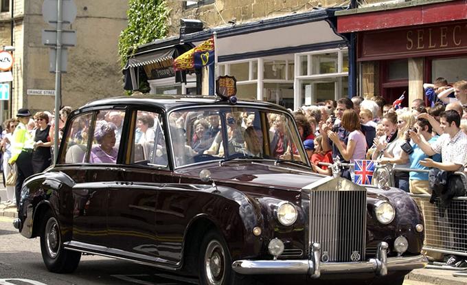 Nữ hoàng Anh Elizabeth II sở hữu nhiều mẫu Rolls-Royce vintage như Phantom IV State Landaulette (1950), Phantom V (1960), Phantom VI Limousine (1979) và Silver Spur Centenary (1985).