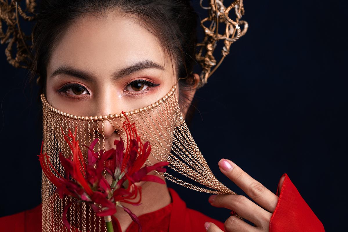 Nữ diễn viên gây ấn tượng với trang phục đầu tư và biểu cạnh sắc lạnh.