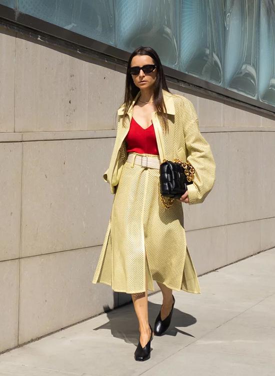 Màu trung tính với độ sángThay vì các màu trung tính từ đầu đến chân, hãy thử phối một màu sáng vào các trang phục xếp lớp của bạn.