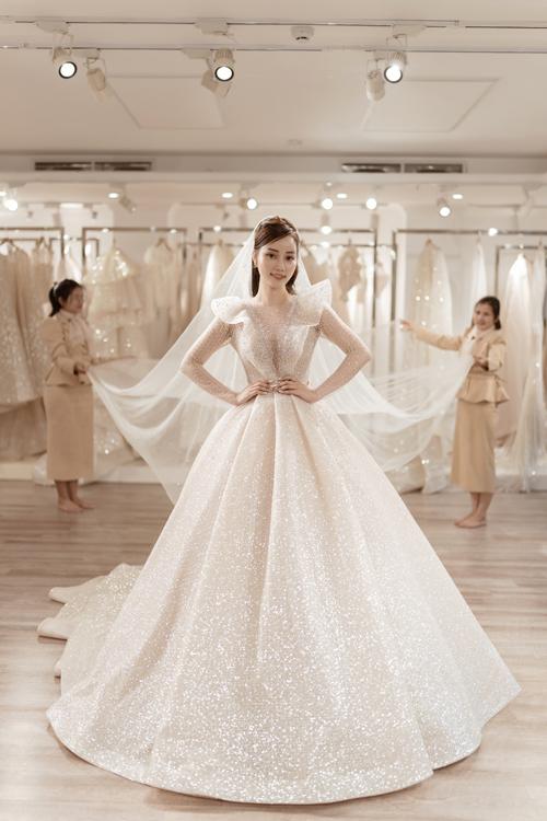 Cô dâu được khuyên kết hợp cùng khăn voan dài, đơn giản để tạo sự hài hòa với váy cưới siêu lộng lẫy.