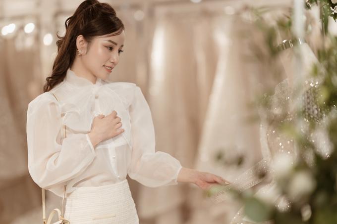Hai năm cho một sự chờ đợi - cô dâu Hạnh Trần (Hà Nội) đã tóm tắt ngắn gọn nhưng đầy cảm xúc về cuộc hành trình từ khi cùng nhà thiết kế lên ý tưởng đến lúc hoàn thiện chiếc váy cưới trong mơ của mình.