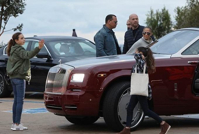 Bên cạnh đó, ngôi sao 51 tuổi cũng thường vi vu trên chiếc Rolls-Royce Dawn của bạn trai Alex Rodriguez.
