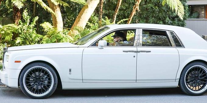 Không ít lần Lady Gaga tự cầm lái hai chiếc Phantom xuống phố. Ngoài ra, cô còn sở hữu một chiếc Corniche vintage (1990).