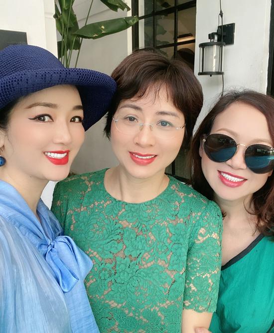 Chị em Giáng My chụp ảnh cùng một người bạn. Không làm việc trong lĩnh vực giải trí nhưng qua chị gái, Giáng Hương cũng quen biết và có mối quan hệ thân thiết với một số nghệ sĩ, trong đó có hoa hậu Hà Kiều Anh.