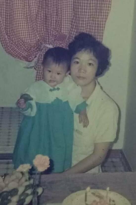 Mẹ của Hari Won cũng chuộng kiều tóc ngắn và uốn xoăn nhẹ cách đây hơn 30 năm.