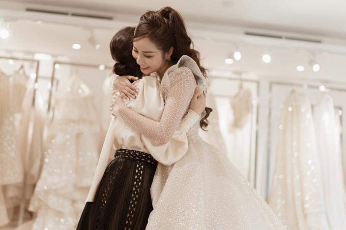 Cô dâu Trần Hạnh xúc động ôm NTK Phương Linh trong ngày thử váy cưới.