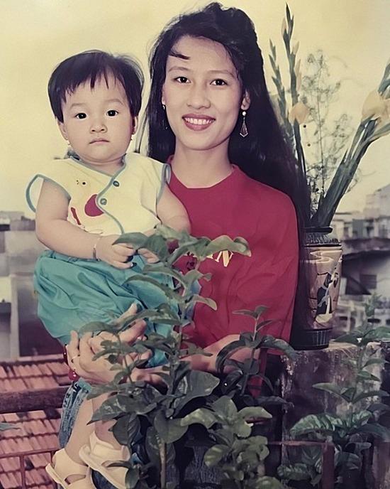 Mẹ của MC Hoàng Oanh thu hút với nhan sắc nổi bật thuở thanh xuân.