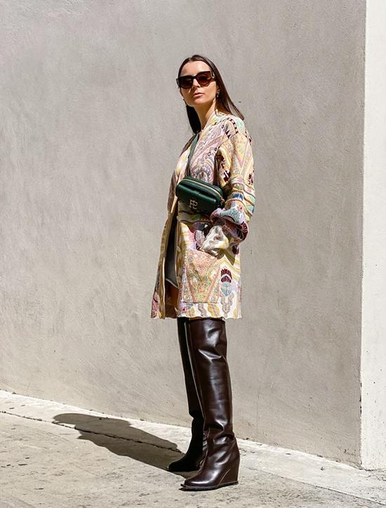 Bộ trang phục này hoàn toàn thay đổi chỉ bằng cách định vị của chiếc túi. Đeo nó qua người thay vì trên vai của bạn sẽ thêm một yếu tố tạo kiểu cho vẻ ngoài.